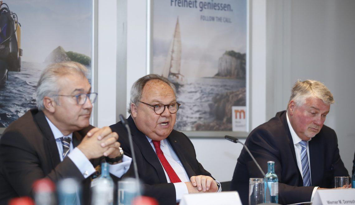 boot Director Petros Michelidakis, Messechef Werner Matthias Dornscheidt und Branchenexperte Jürgen Tracht, Geschäftsführer des Bundesverbandes Wassersportwirtschaft BVWW (v.li.)